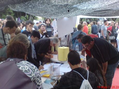 recollint signatures contra els desnonaments i a favor de l'acampada